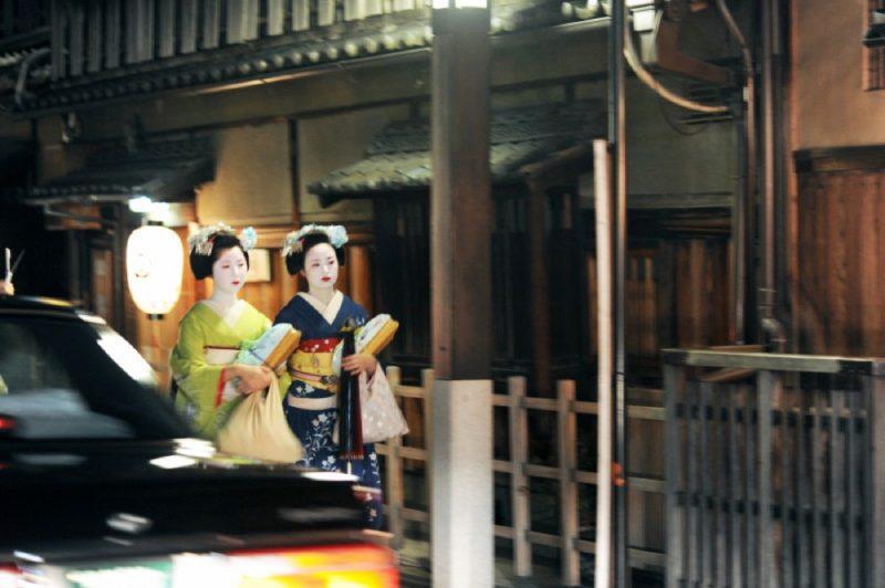Promenade nocturne dans le quartier de Gion à Kyoto © Vivre Le Japon