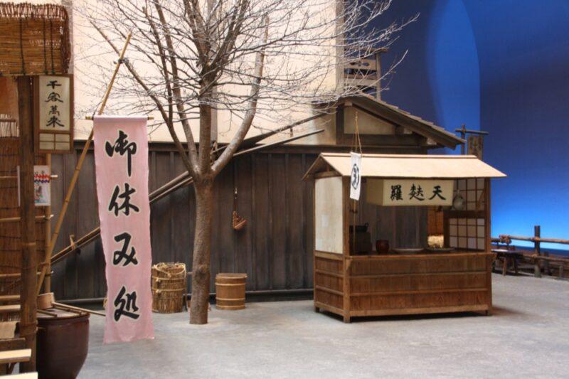 Une place reconstituée comme à l'époque Edo, Musée Edo Fukagawa, vivre a tokyo, visiter tokyo sous la pluie
