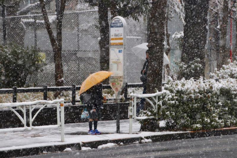 A l'arrêt de bus, l'hiver à Tokyo