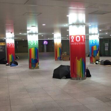 Quelques sans abri à la gare de Shibuya, Vivre à Tokyo