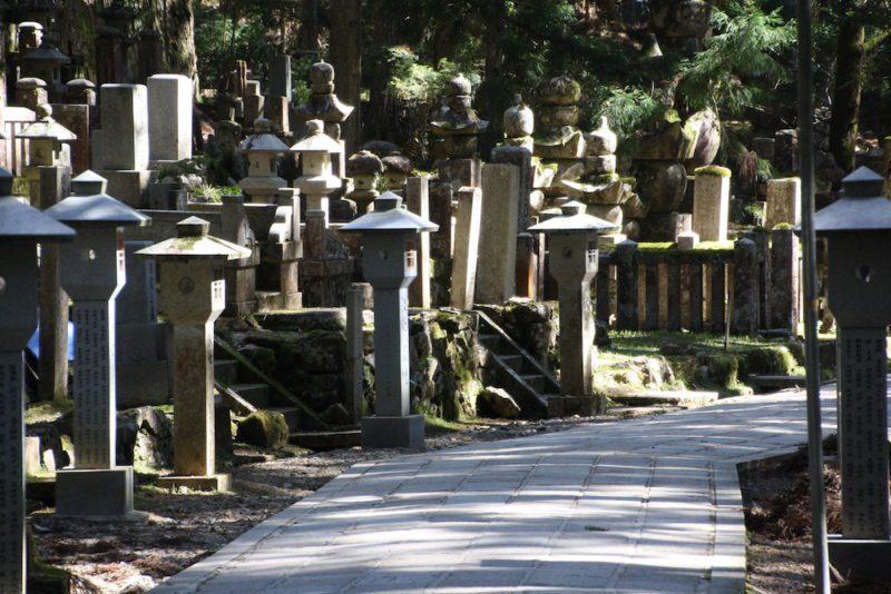 Le cimetière Okunoin à Koya san, visiter le Japon, expatriation au Japon