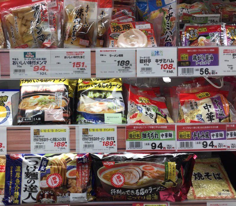 Choisir ses ingrédients pour préparer des Ramen au supermarché, vivre à tokyo