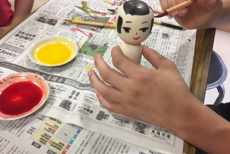 Atelier manuel chez un artisan de Kokeshi , visiter le japon avec des enfants, vivre à tokyo, expatriation à tokyo