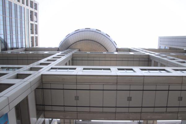 L'immeuble de Fuji Tv à Odaiba, vivre à tokyo, expatriation à tokyo, visiter tokyo et le japon