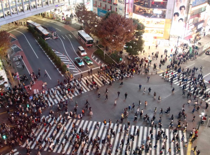 shibuya crossing tokyo, passage piéton en croix tokyo, foule tokyo, tokyo, vivre a tokyo, expatriation japon, français a tokyo