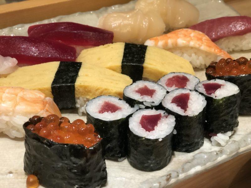 Des sushi au déjeuner, vivre à tokyo, cuisine japonaise
