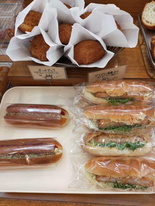 kare pan et autres sandwichs salés dans une boulangerie de Tokyo