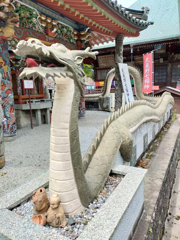 bâtiments colorés et dragons du temple Konjoin