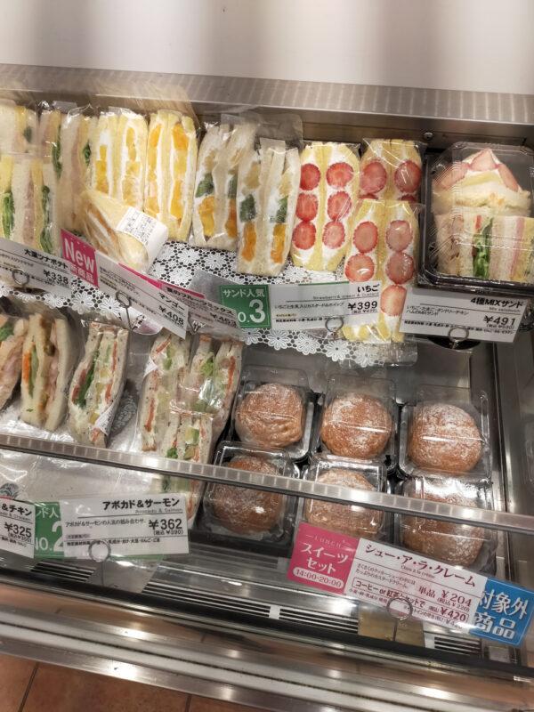 sandwichs aux fruits et choux à la crème dans une boulangerie de Tokyo