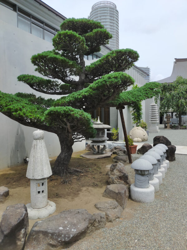 pin et statues du temple Entsuji, Sumida
