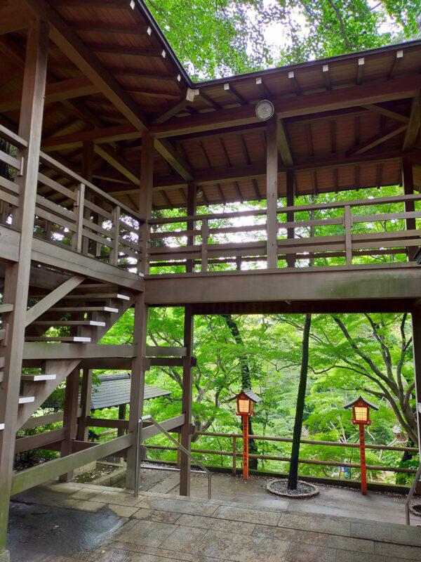 strucutre en bois qui surplombe la vallée, temple Todoroki Fudoson